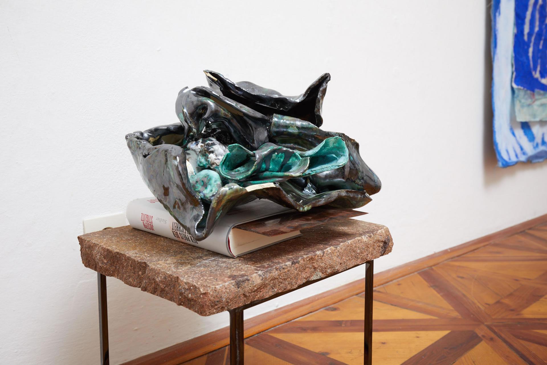 Veronika Dirnhofer | Der Preis der Ungleichheit | 2018 | Keramik gebrannt | ca 45 cm | Galerie3 | Foto Johannes Puch