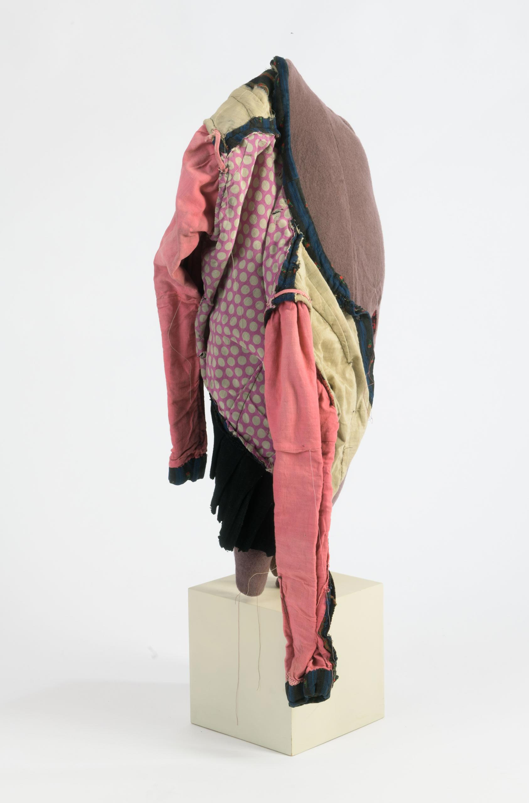 Andrea Vilhena | Solution #9 | 2019 | Textil | 93 x 37 x 37 cm | Foto Neumüller | Galerie3