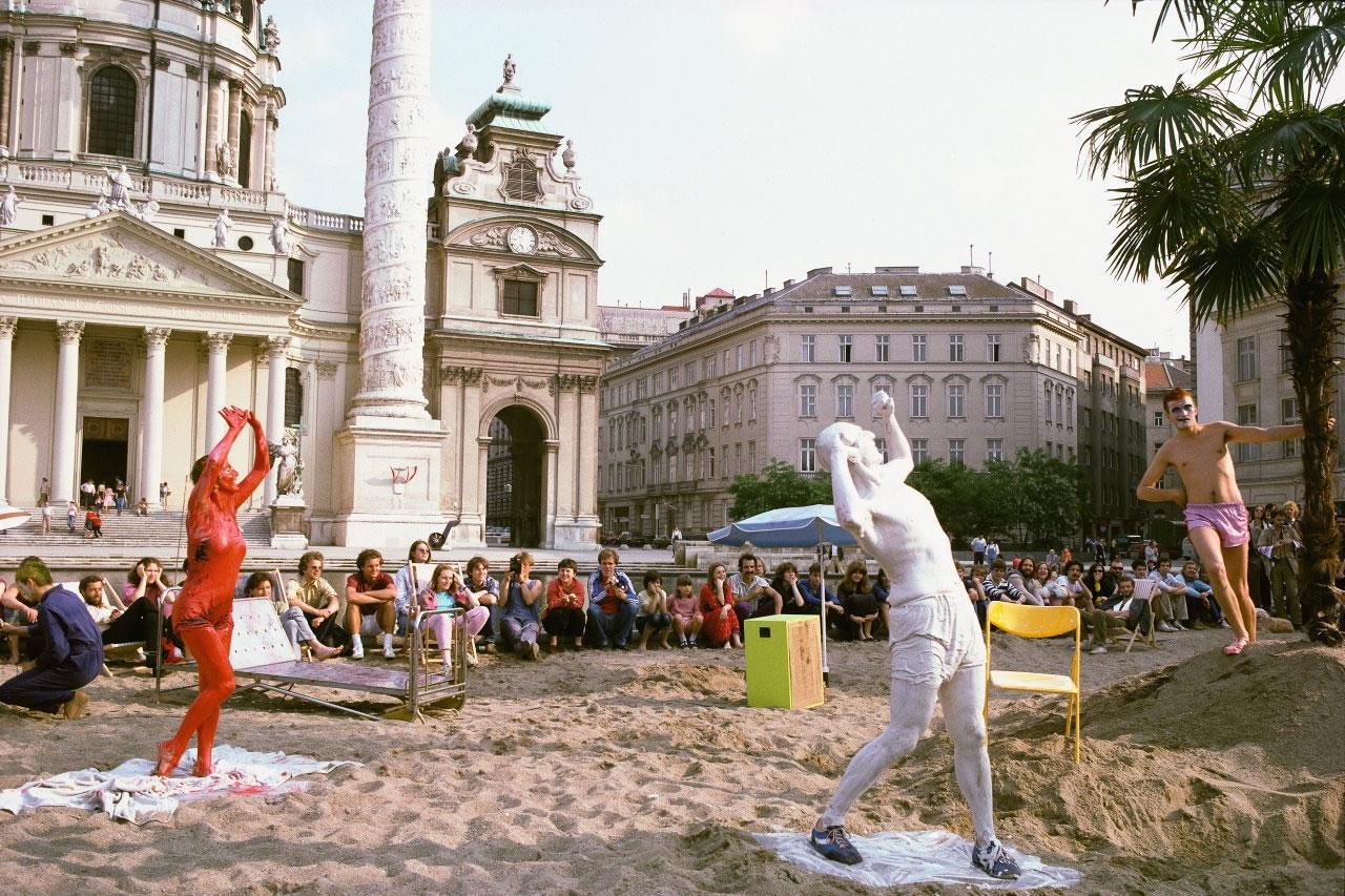 Margot Pilz | Bunt-Kerle | Kaorle am Karlsplatz 1982 | 2019 | Auflage 1 von 3 | Pigmentdruck auf Baryta | 40x57cm | Art Austia 2019 | Galerie3