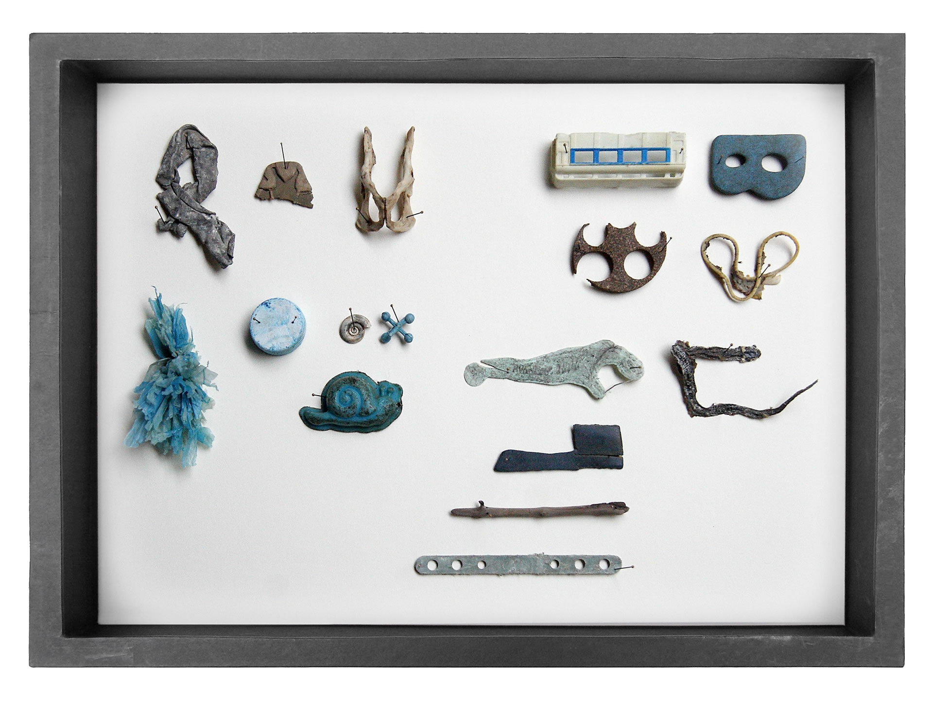 Edith Payer | Sloanes Agony | Sammelobjekte in Schaukaesten | 40 x 30 x 9 cm | work in progress seit 2011 blau | Galerie3